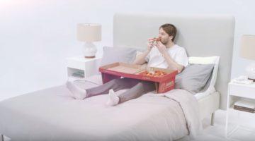 Pizza Karton lädt zum Essen im Bett ein